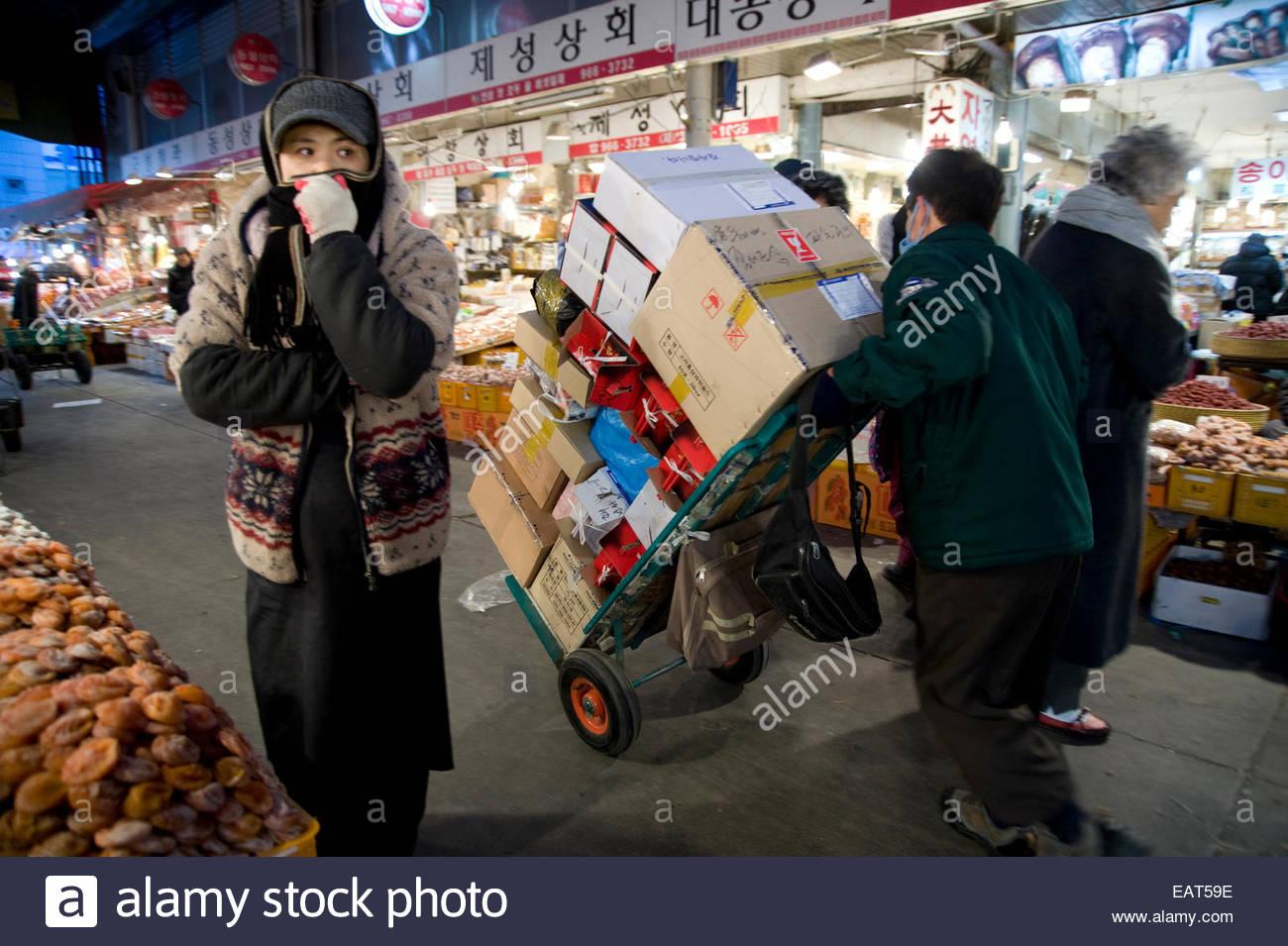 Scene dal mercato Gyeongdong con speciale capodanno nuovo anno lunare di alimenti. Immagini Stock