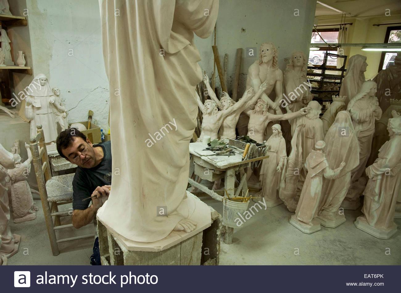 Un uomo artefice statue religiose a El Arte Cristiano in fabbrica a Olot, Spagna. Immagini Stock