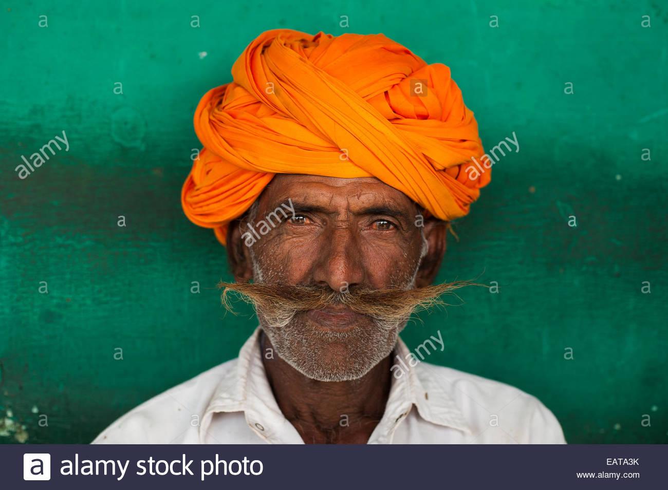 Un uomo di Rajasthani con un tipicamente grandi baffi e turbante colorato. Immagini Stock