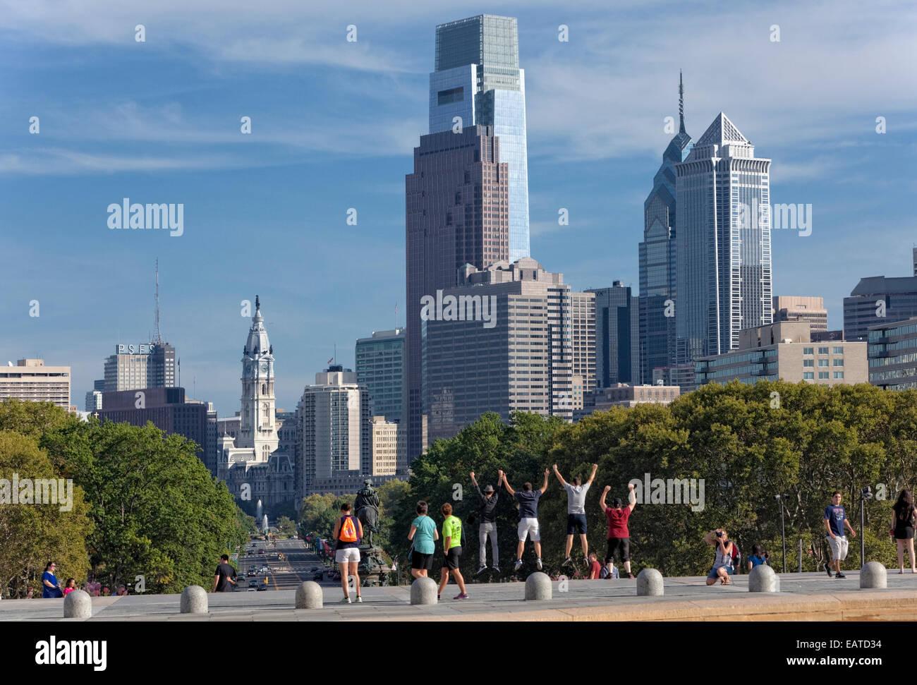"""Vista del centro cittadino di Philadelphia e dalle fasi di Art Museum (dove hanno realizzato il film originale """"Rocky.') Immagini Stock"""