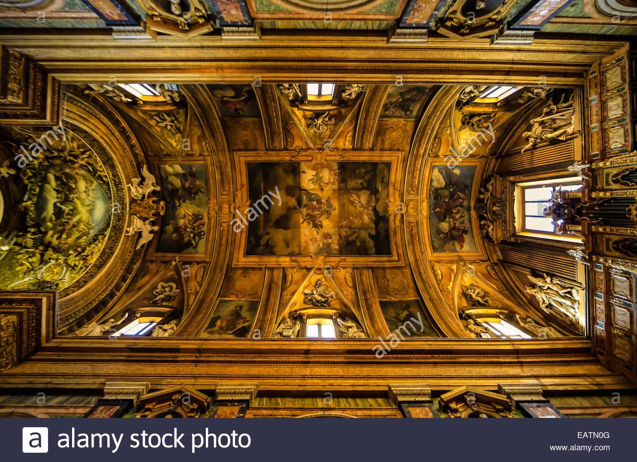 Ampio angolo di visione di con volta a botte soffitto della chiesa