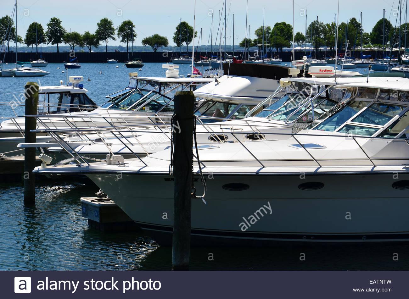 Motore entrobordo 'cabinati' ormeggiato a palificazioni a McKinley Marina. Immagini Stock