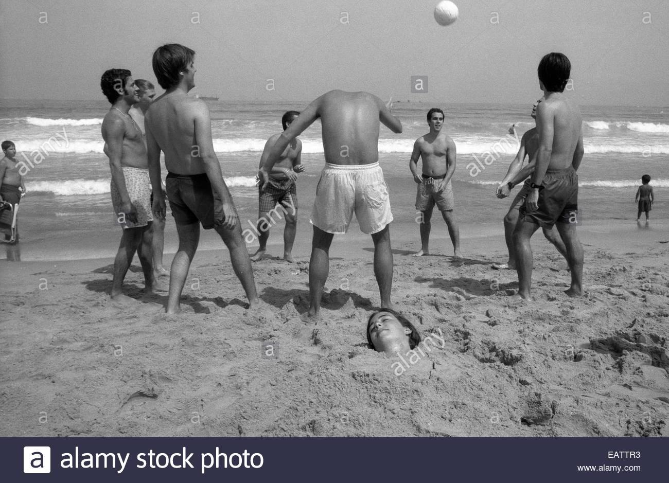 Un uomo senza testa che giocano a calcio sulla spiaggia di Algeciras. Foto Stock