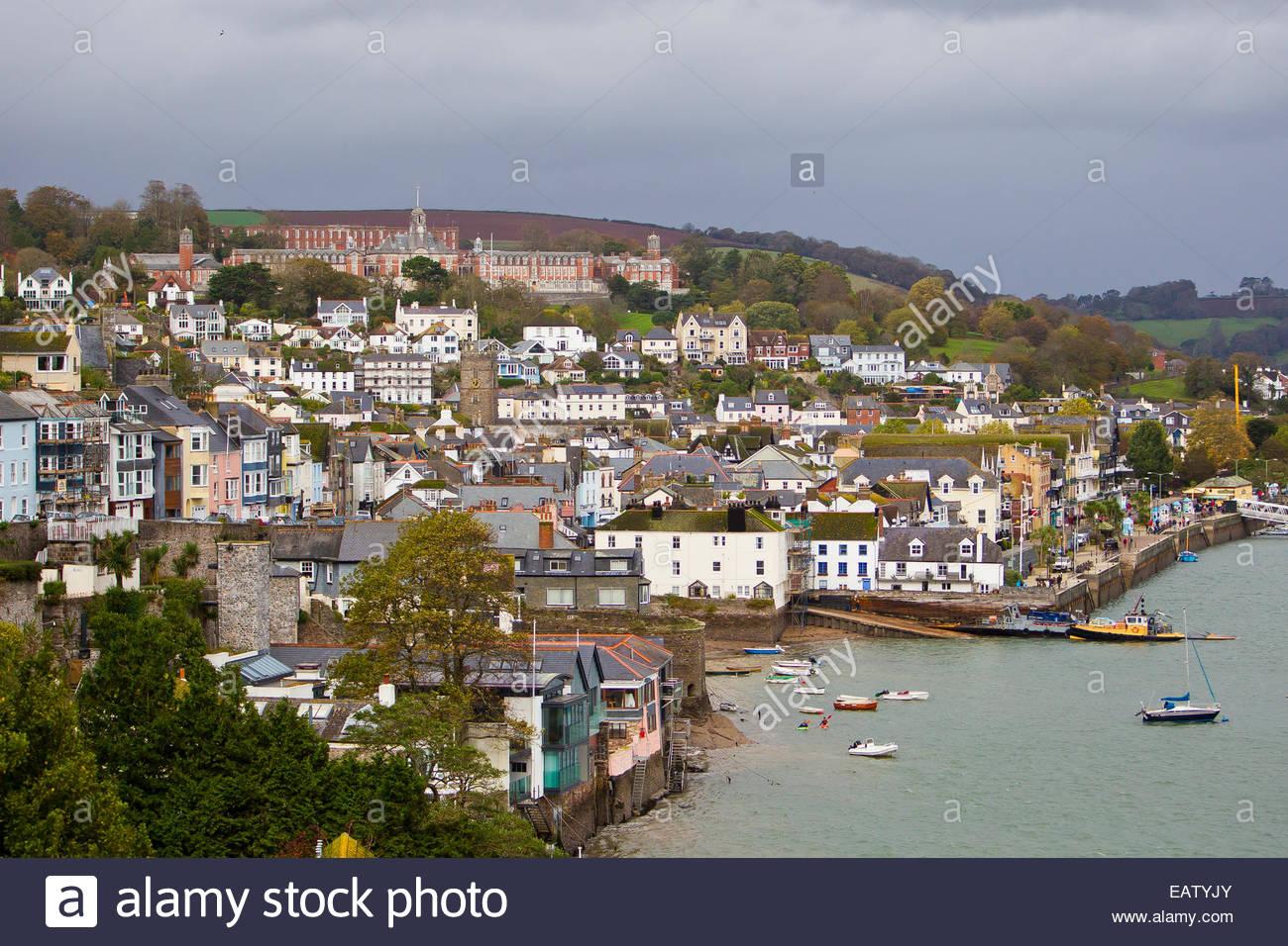 La città di Dartmouth e Britannia Royal Navy College in cima alla collina. Immagini Stock