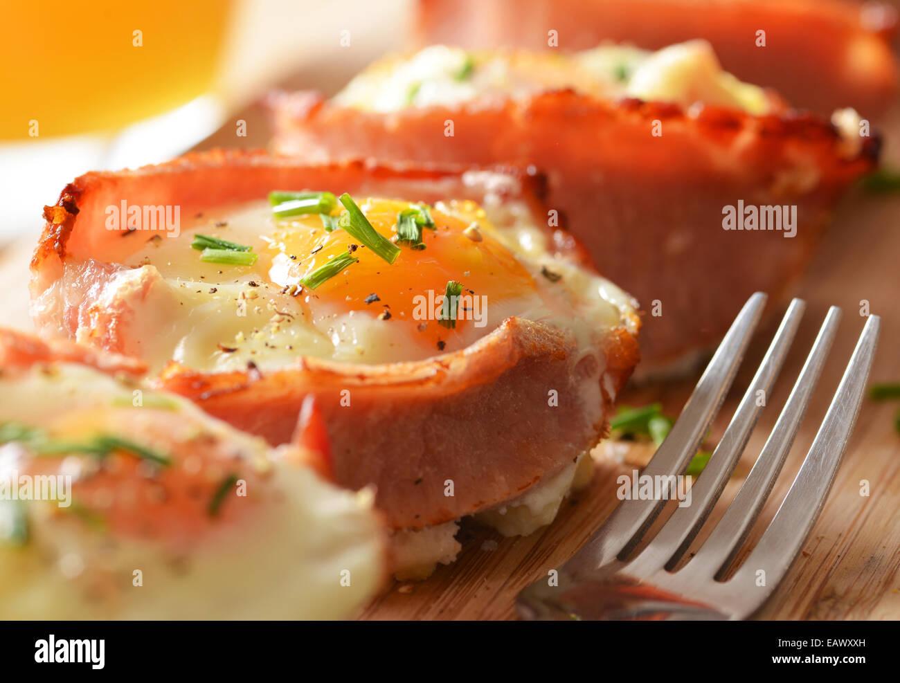 Uova e bacon tortine servito e pronto da mangiare. Immagini Stock