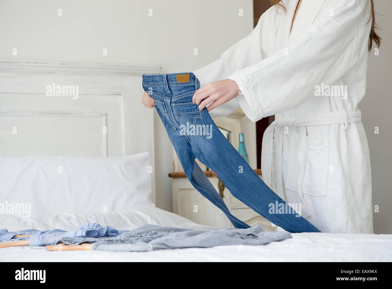 La donna posa i vestiti per la giornata, ritagliato Immagini Stock