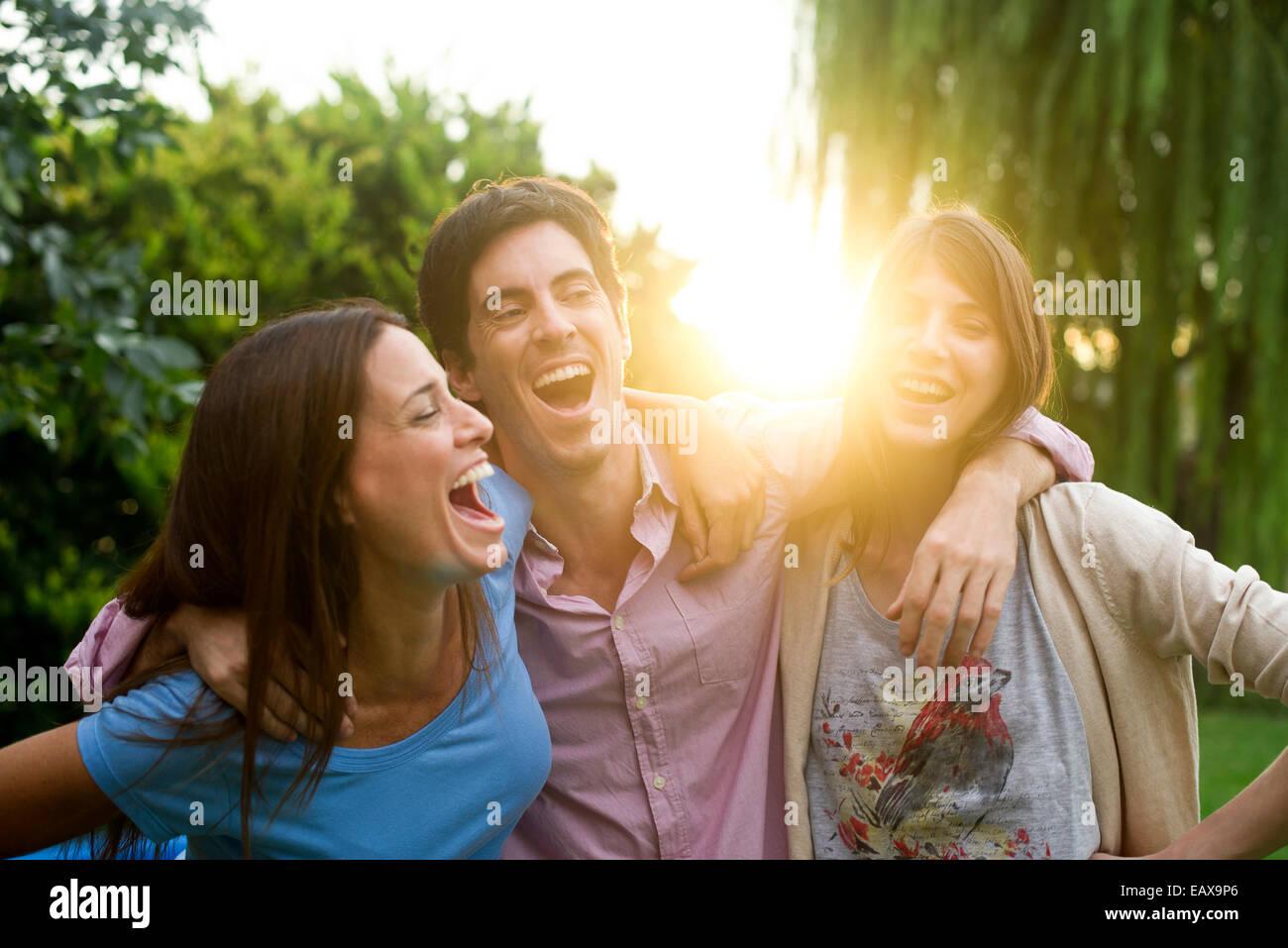 Gli amici sorseggiando weekend get insieme all'aperto Immagini Stock