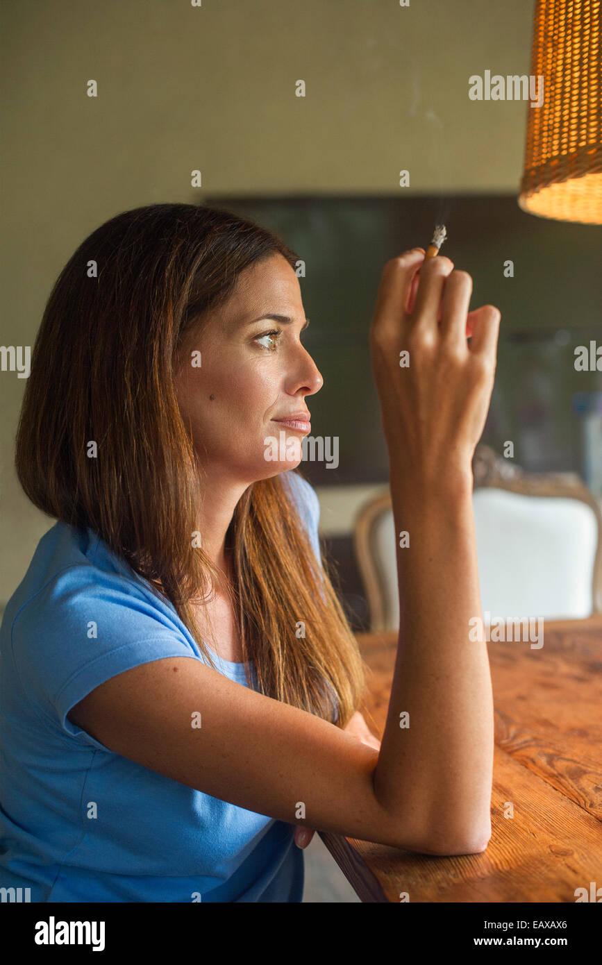 Donna godendo di sigaretta Immagini Stock