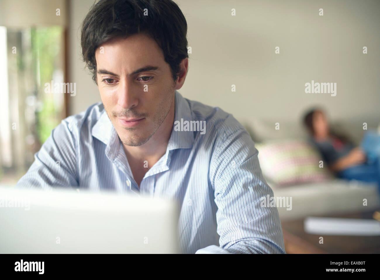 Uomo che utilizza il computer portatile Immagini Stock