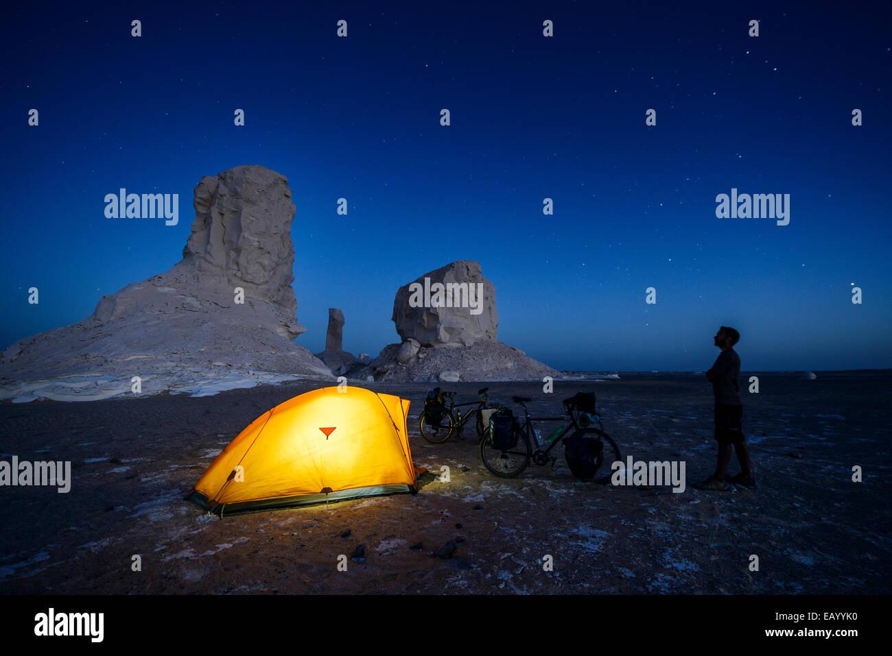 Campeggio nel Sahara Deserto Bianco, Egitto Foto Stock