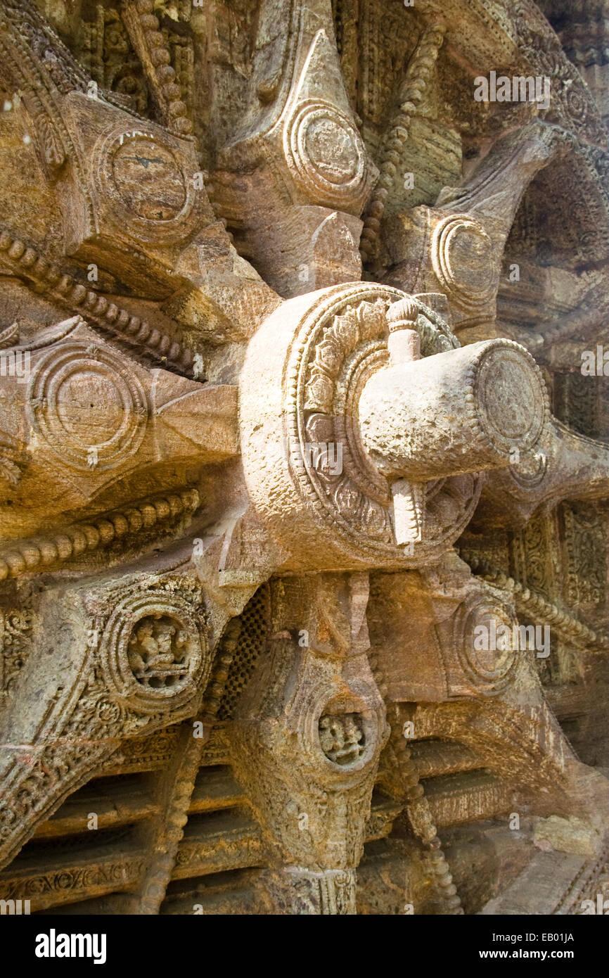 Vista ravvicinata della pietra raggi ruota assale, e il perno del cuneo a Sun tempio, Konark, Orissa, India, Asia Foto Stock
