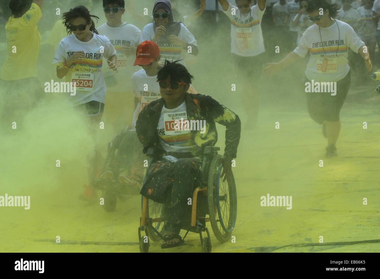 Jakarta, Indonesia. 23 Nov, 2014. I corridori partecipano in un colore per eseguire event di Jakarta, Indonesia, Immagini Stock