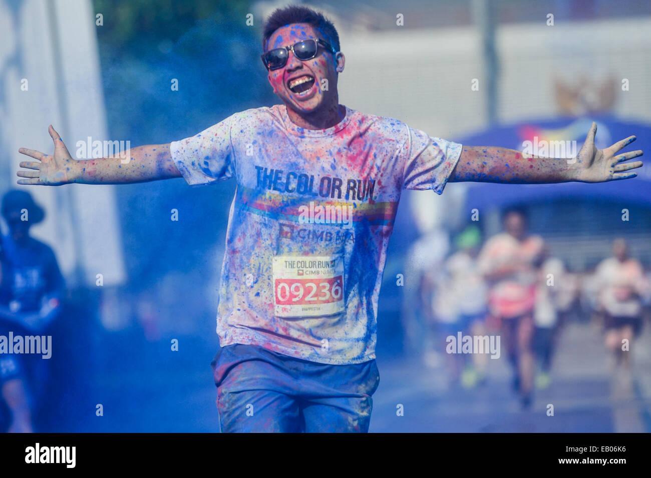 Jakarta, Indonesia. 23 Nov, 2014. Un runner partecipa in un colore per eseguire event di Jakarta, Indonesia, nov. Immagini Stock