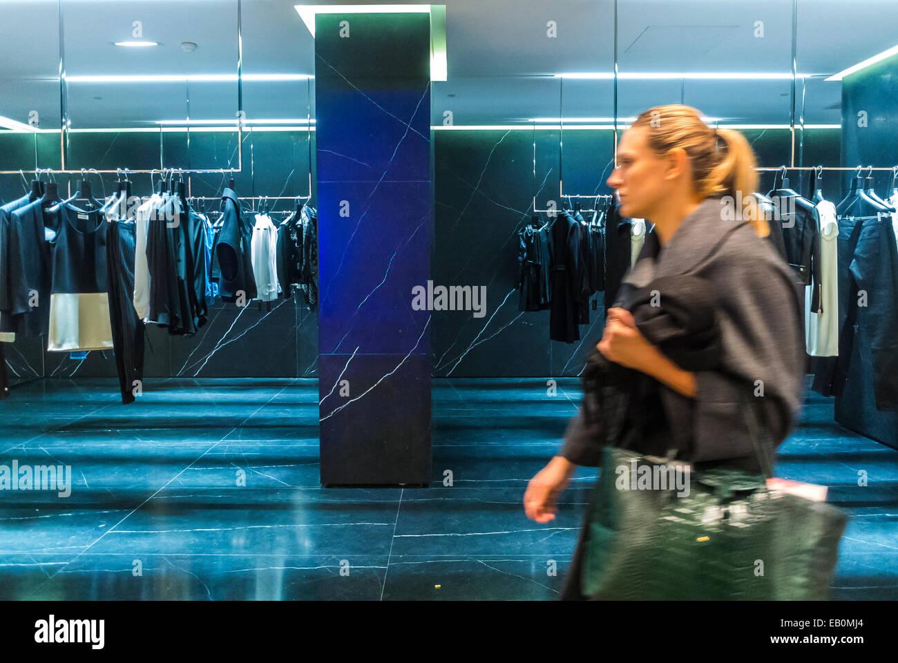 Parigi, Francia, Donna Shopping all'interno del dipartimento francese Store, 'Galeries Lafayettes', Immagini Stock