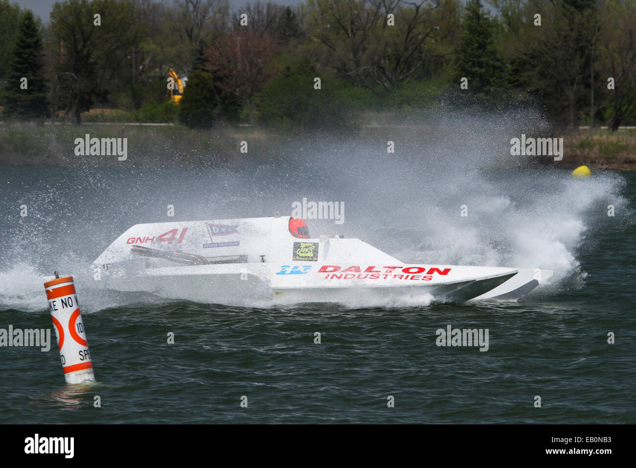 Acqua Splash creato da gara barca GNH41. Vicino a nessuna zona di scia bouy. 2014 APBA, American Power Boat Association, Immagini Stock