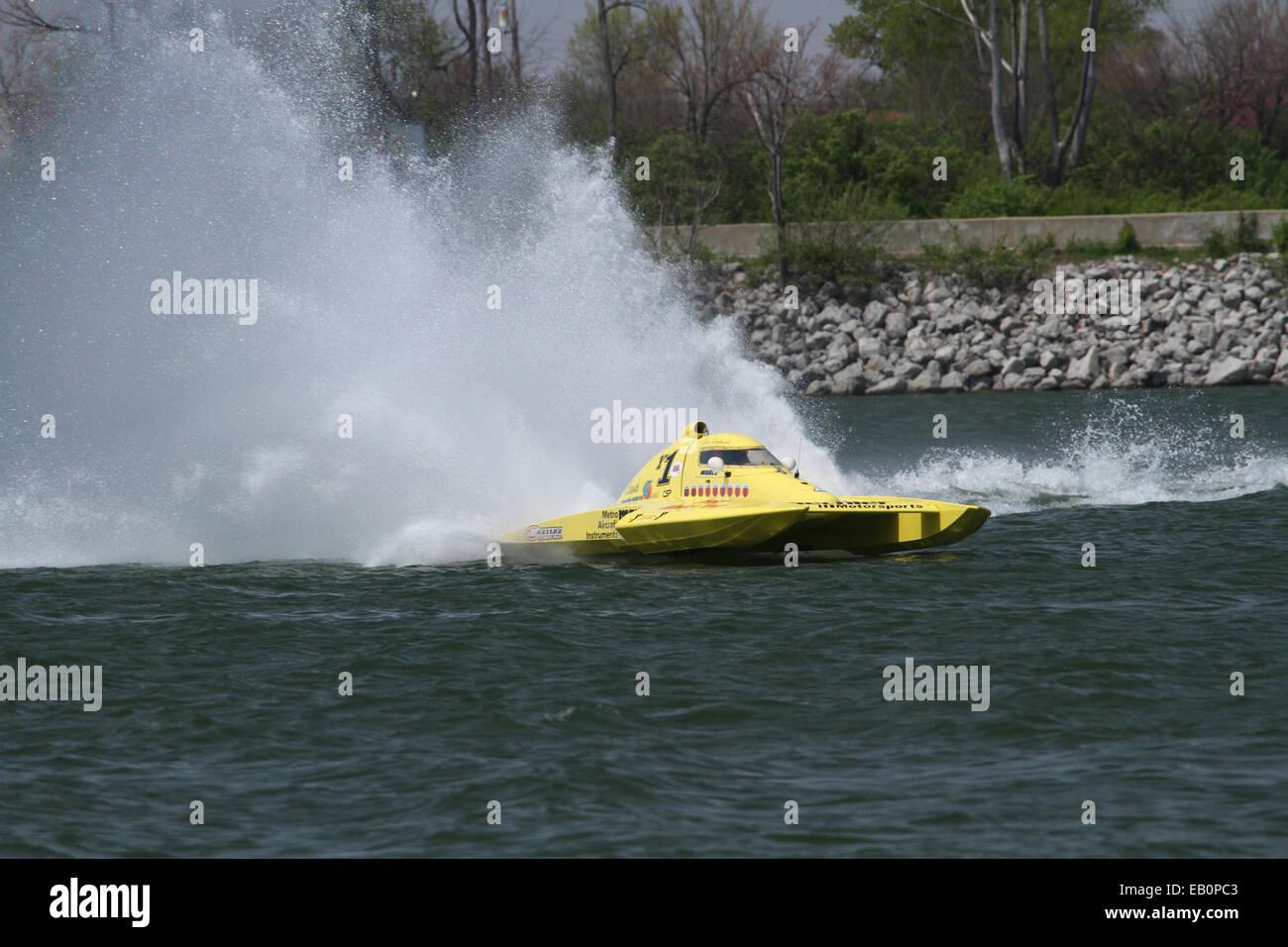 Acqua Splash e coda di gallo creato da gara barca Y1. 2014 APBA, American Power Boat Association, testare e ottimizzare Immagini Stock