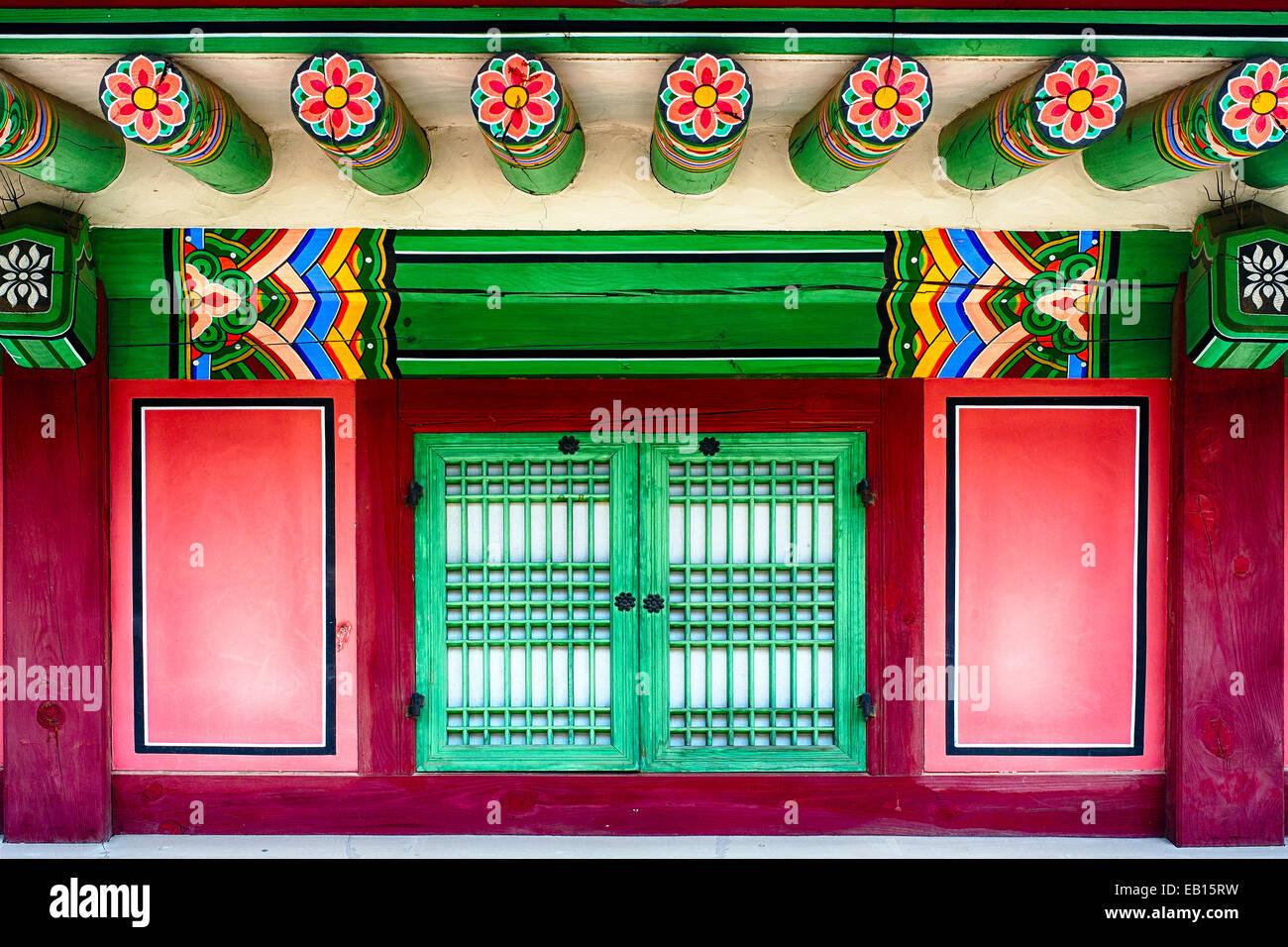 Vista ravvicinata di una tradizionale casa coreana con una finestra, il Palazzo Gyeongbokgung, Seoul, Corea del Immagini Stock