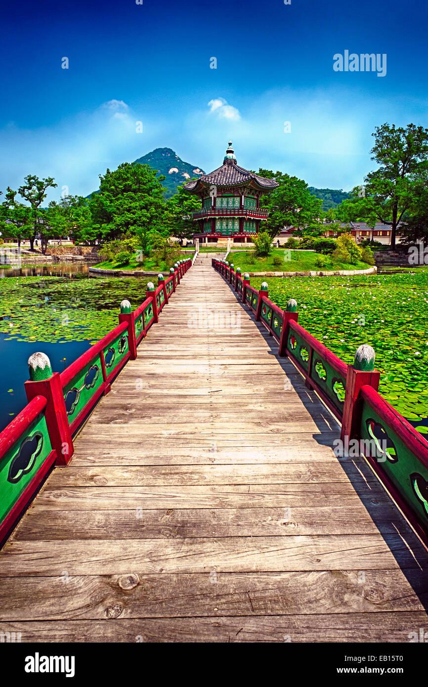 Ponte di legno che conduce al padiglione di fragranza Far-Reaching, il Palazzo Gyeongbokgung, Seul in Corea del Immagini Stock