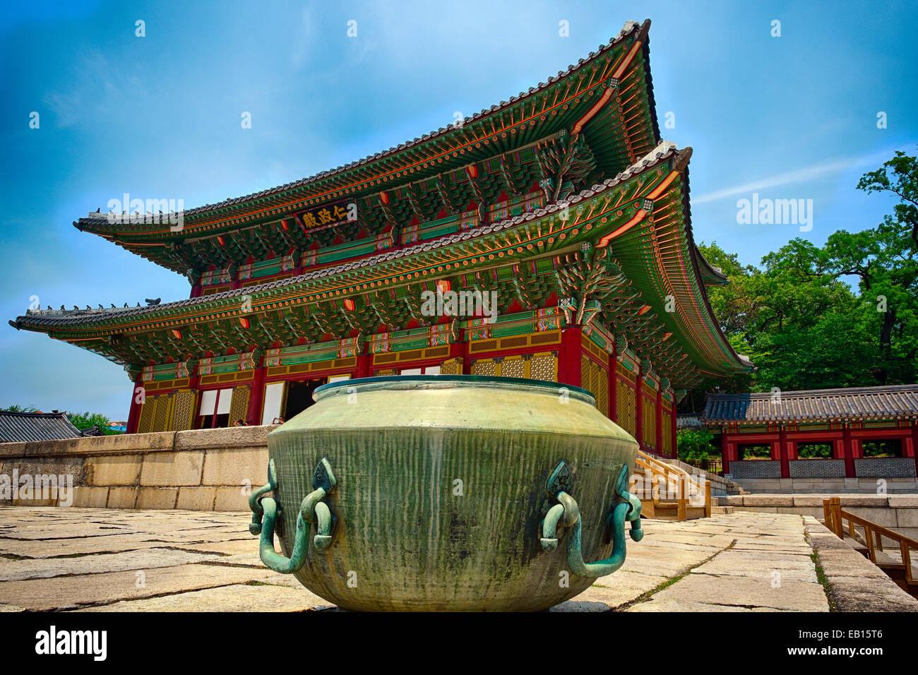 Vista della sala Geunjeongjeon (Trono Hall) con un Incenso bollitore in primo piano il Palazzo Gyeongbokgung, Seoul, Immagini Stock