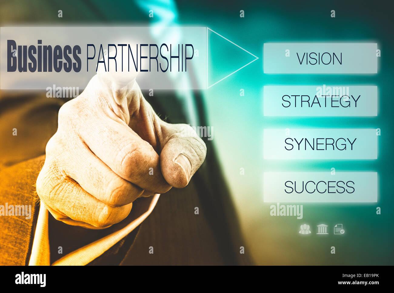 Imprenditore premendo un concetto di partenariato pulsante. Immagini Stock