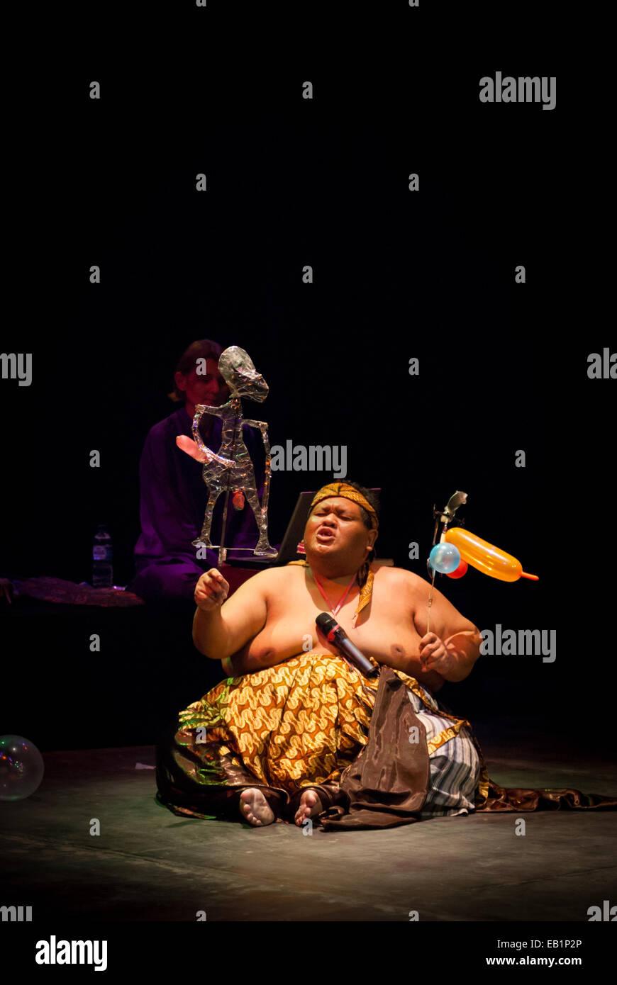 Slamet Gundono, tarda indonesiano burattinaio contemporaneo durante uno spettacolo al Teatro Salihara, Jakarta, Immagini Stock