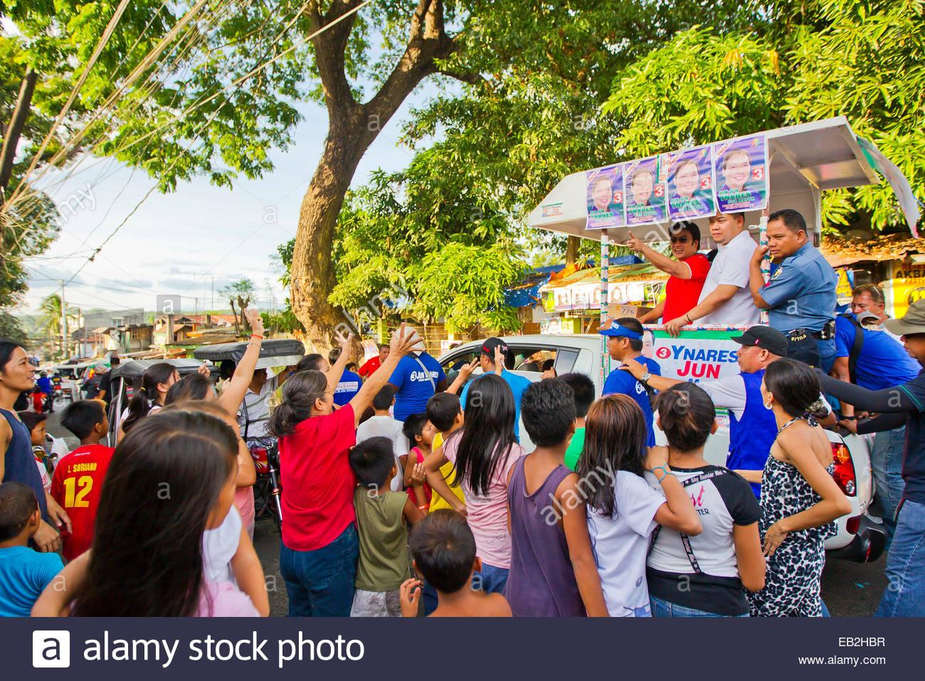 Una parata di politici porta super celebrità, attore e il Senatore, Ramon 'Bong' Revilla, Jr., a Manila. Immagini Stock
