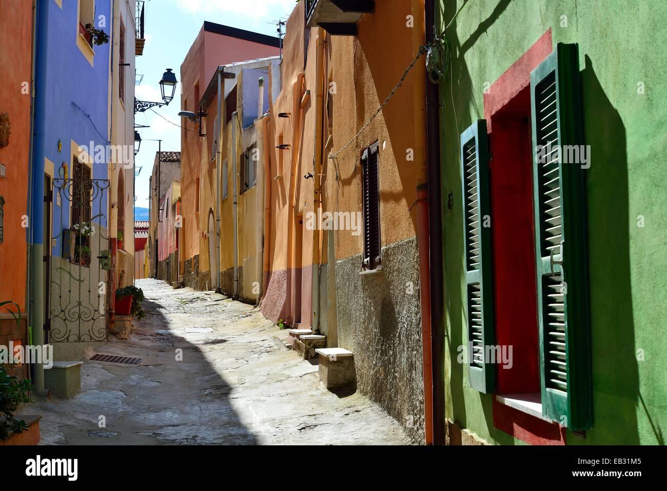 Case colorate in uno stretto vicolo del centro storico, Bosa, provincia di Oristano, Sardegna, Italia Foto stock - Alamy