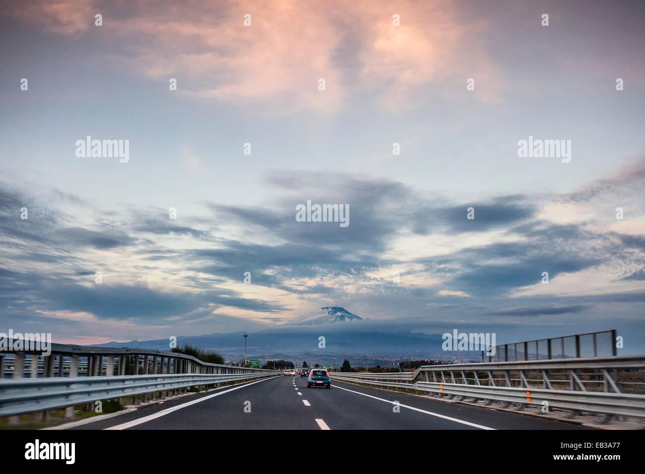 L'Italia, Sicilia, Catania, vista lungo la strada statale con il Monte Etna sull orizzonte Immagini Stock