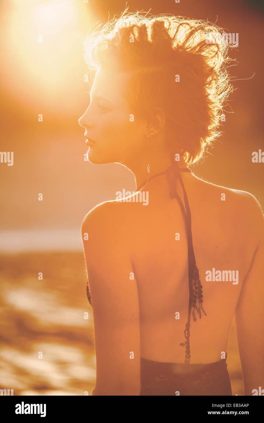 Stati Uniti, California, Los Angeles, Donna in presenza di luce solare Immagini Stock
