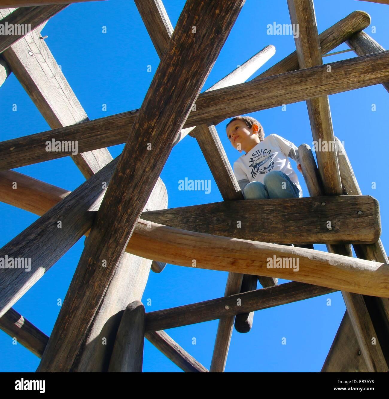 L'Italia, Trentino Alto Adige, Alto Adige, Bolzano, basso angolo di visione del ragazzo (4-5) giocando sul parco Immagini Stock