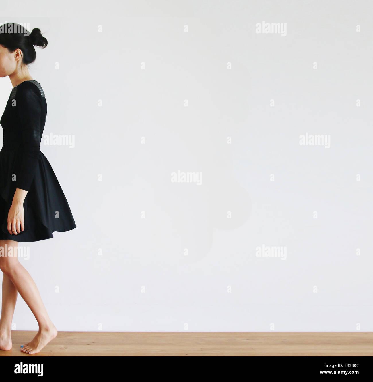 Vista laterale di una donna a piedi Immagini Stock