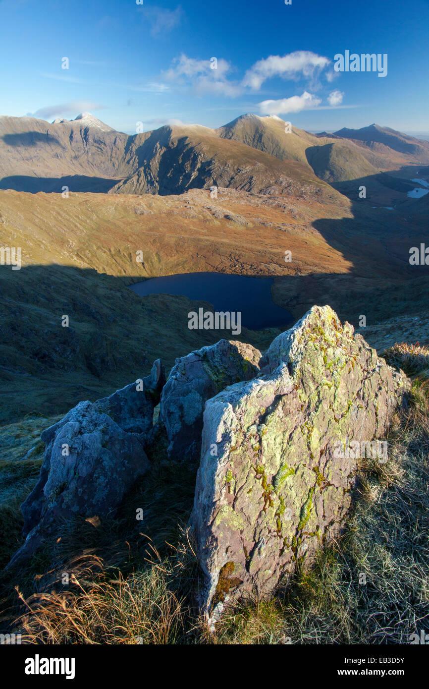 Vista di Carrauntoohil e il Macgillycuddy's trasuda da Stumpa Duloigh. Black Valley, nella contea di Kerry, Immagini Stock
