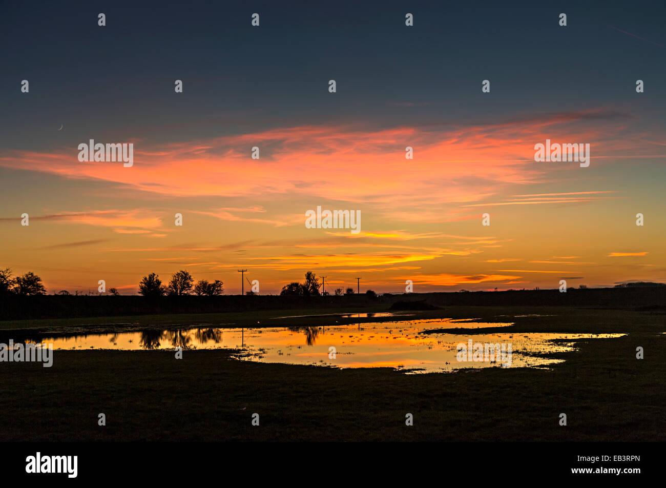 Campo allagato al tramonto, Lincolnshire Fens, Donna Nook, England, Regno Unito Immagini Stock