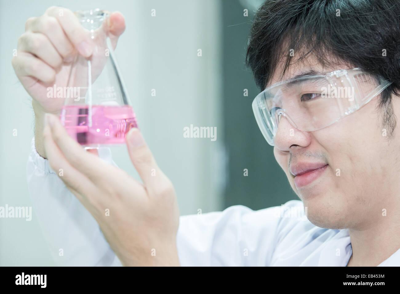 Ricercatore asiatici guardare felice il risultato dell'esperimento Immagini Stock