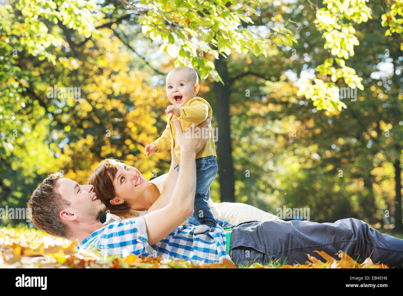 La cura dei genitori alla ricerca dopo il loro bambino Immagini Stock