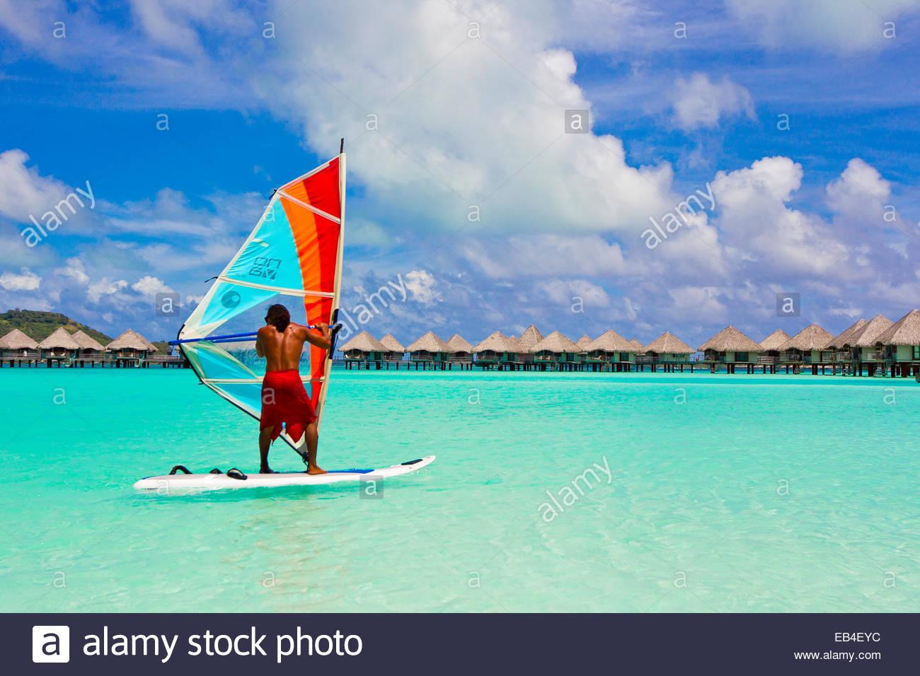 Un turista wind surf al largo di Bora Bora. Immagini Stock