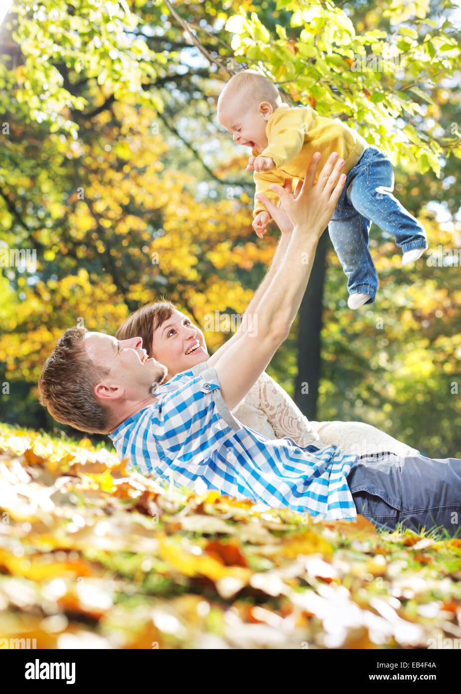 La cura dei genitori a giocare con il loro bambino Immagini Stock