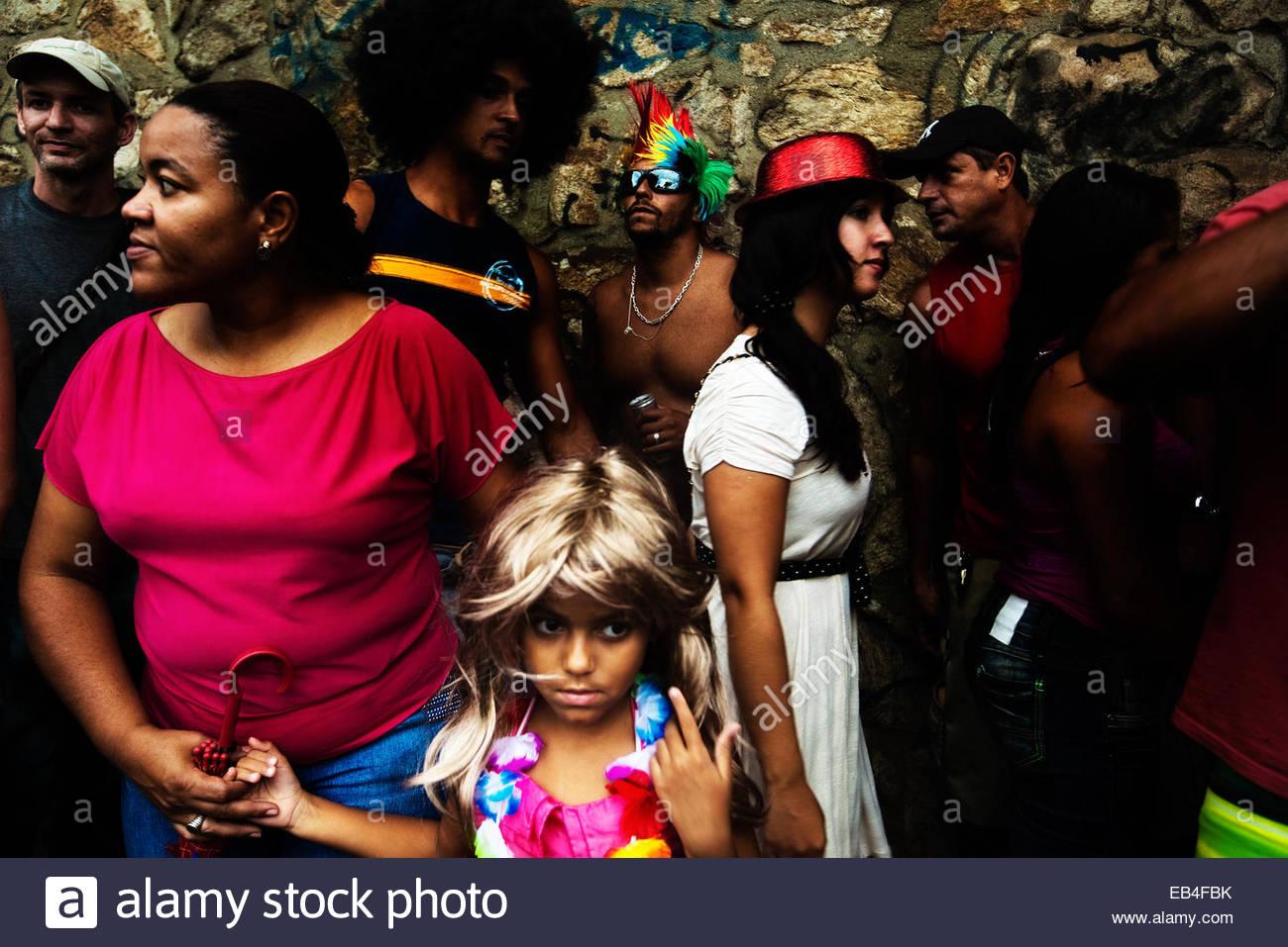 Una giovane ragazza che indossa una parrucca durante il Brasile annuale della festa di carnevale di Rio de Janeiro. Immagini Stock
