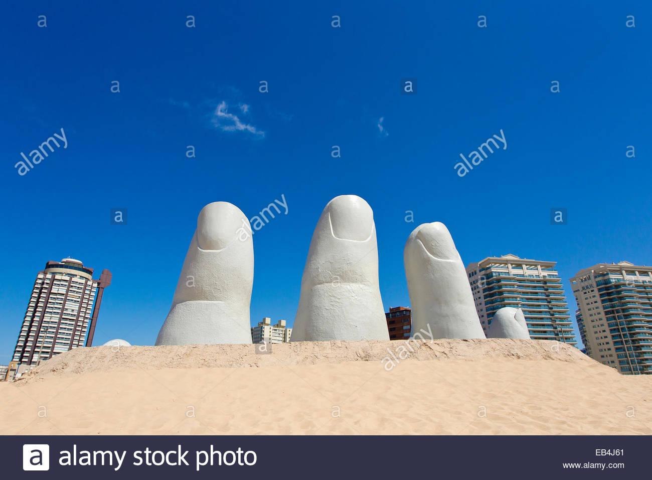 La mano o mano de Punta del Este, creato nel 1982 dal pittore cileno Mario Irarrazabal. La scultura raffigura cinque Immagini Stock
