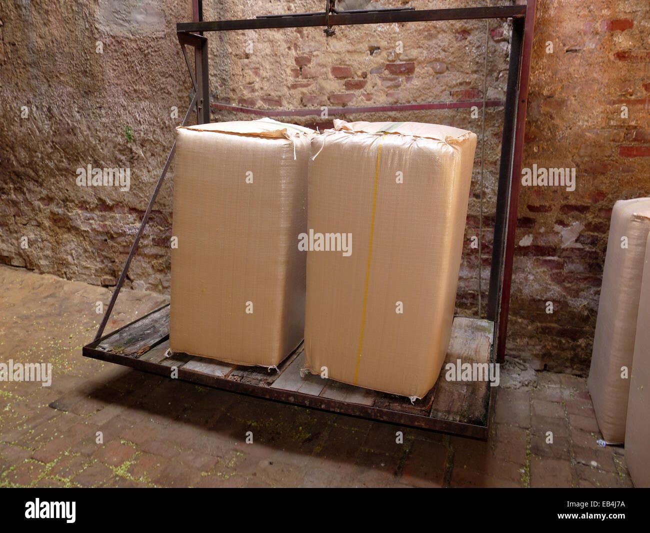 Germania Baviera Hallertau luppolo confezionati in big bag pronto per essere sollevato per lo storage. Legge Tedesca Immagini Stock