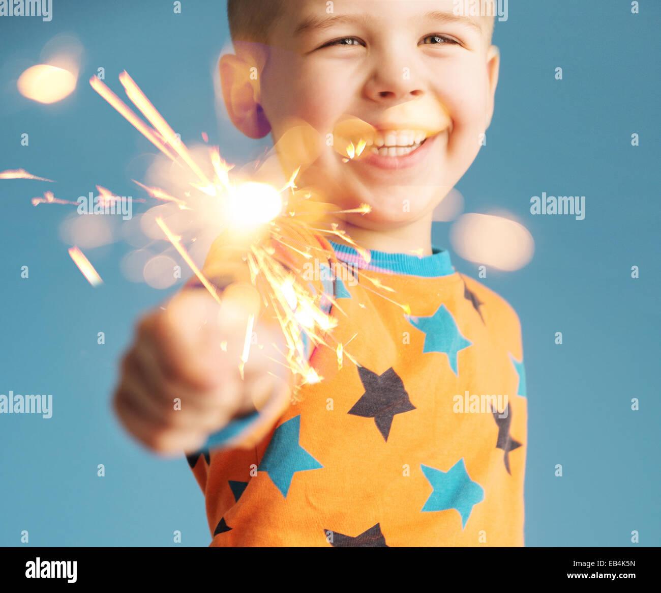 Piccolo uomo tenendo un sparkler Immagini Stock