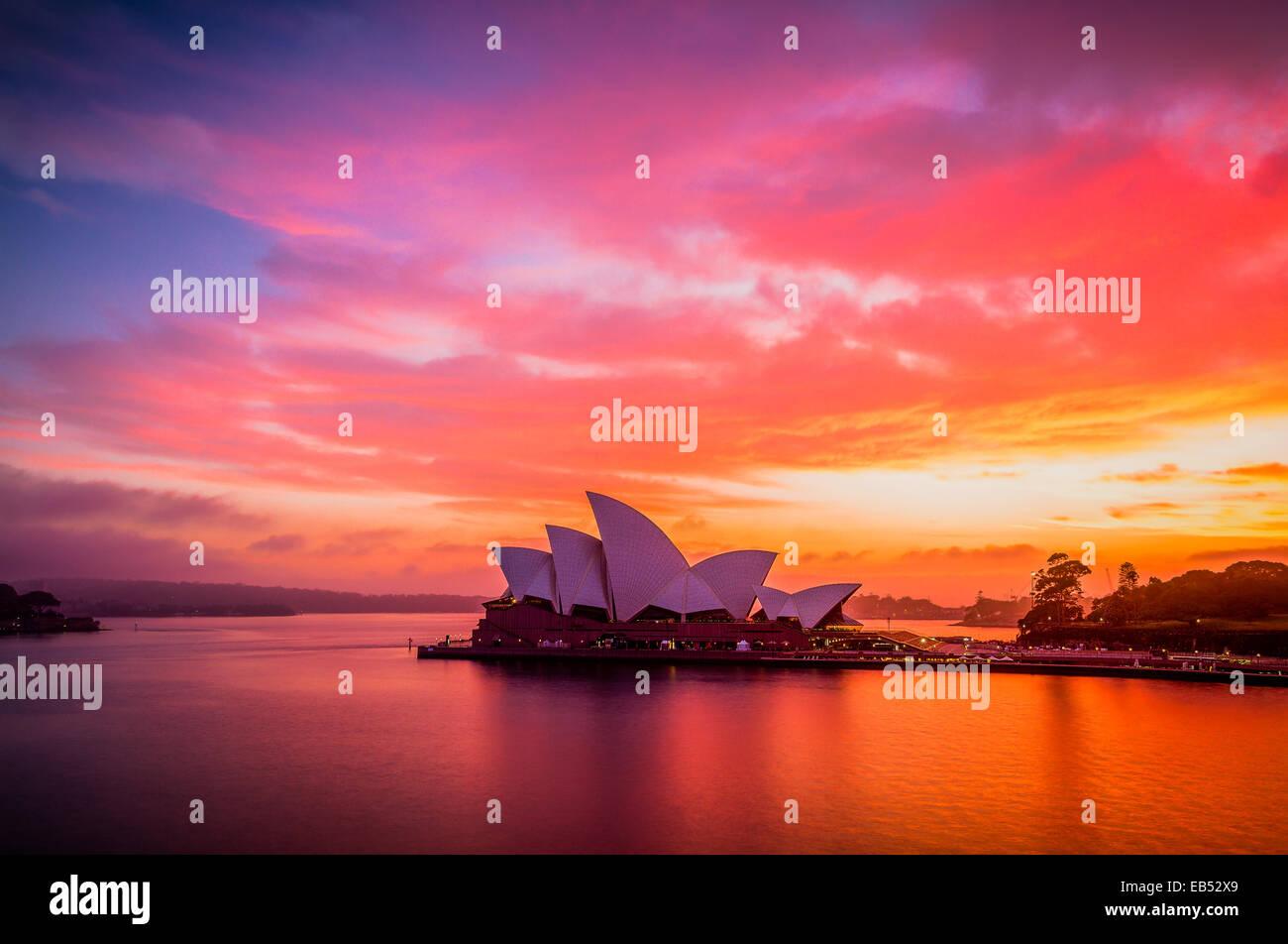 Un gloriosamente viva sunrise il cielo sopra la Opera House di Sydney Foto Stock
