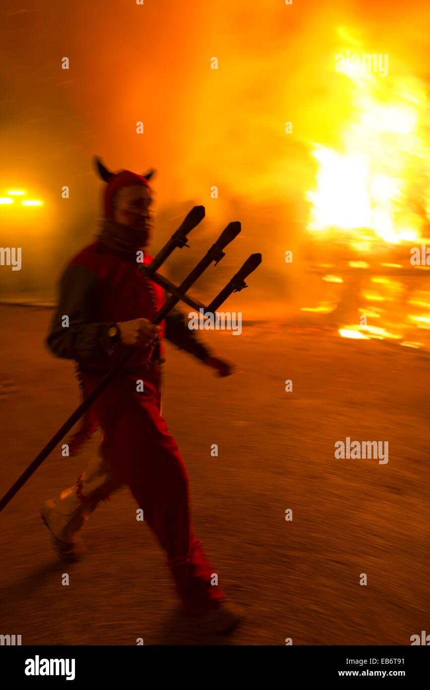 """""""Correfoc' tipica catalana celebrazione in cui demoni armati con fuochi d'artificio danza attraverso Immagini Stock"""