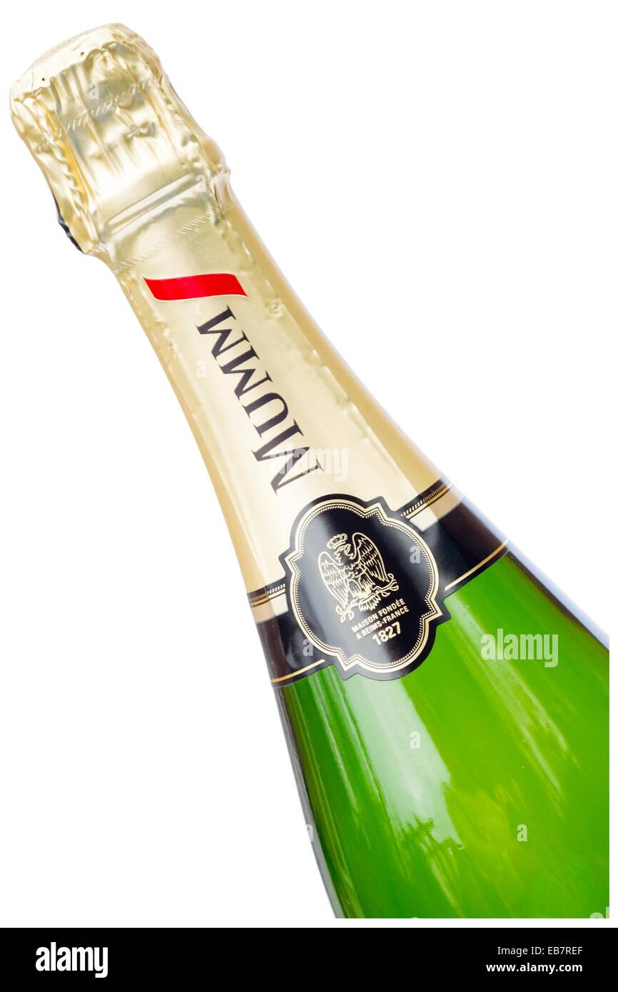 Bottiglia di Champagne Mumm tagliati o isolata contro uno sfondo bianco. Immagini Stock
