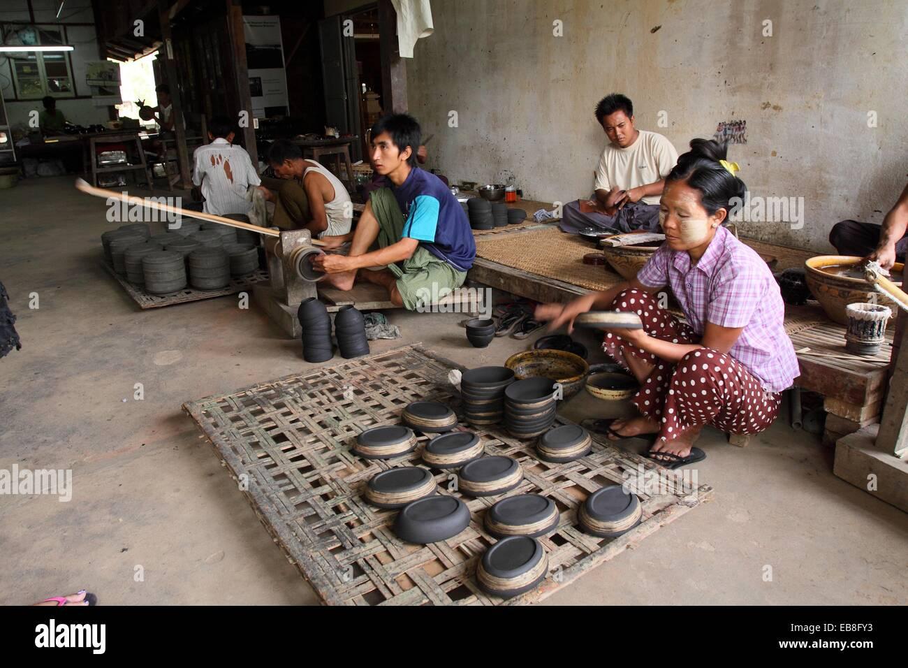 Artigiano di lacca di Bagan, MYANMAR Birmania, Asia Immagini Stock