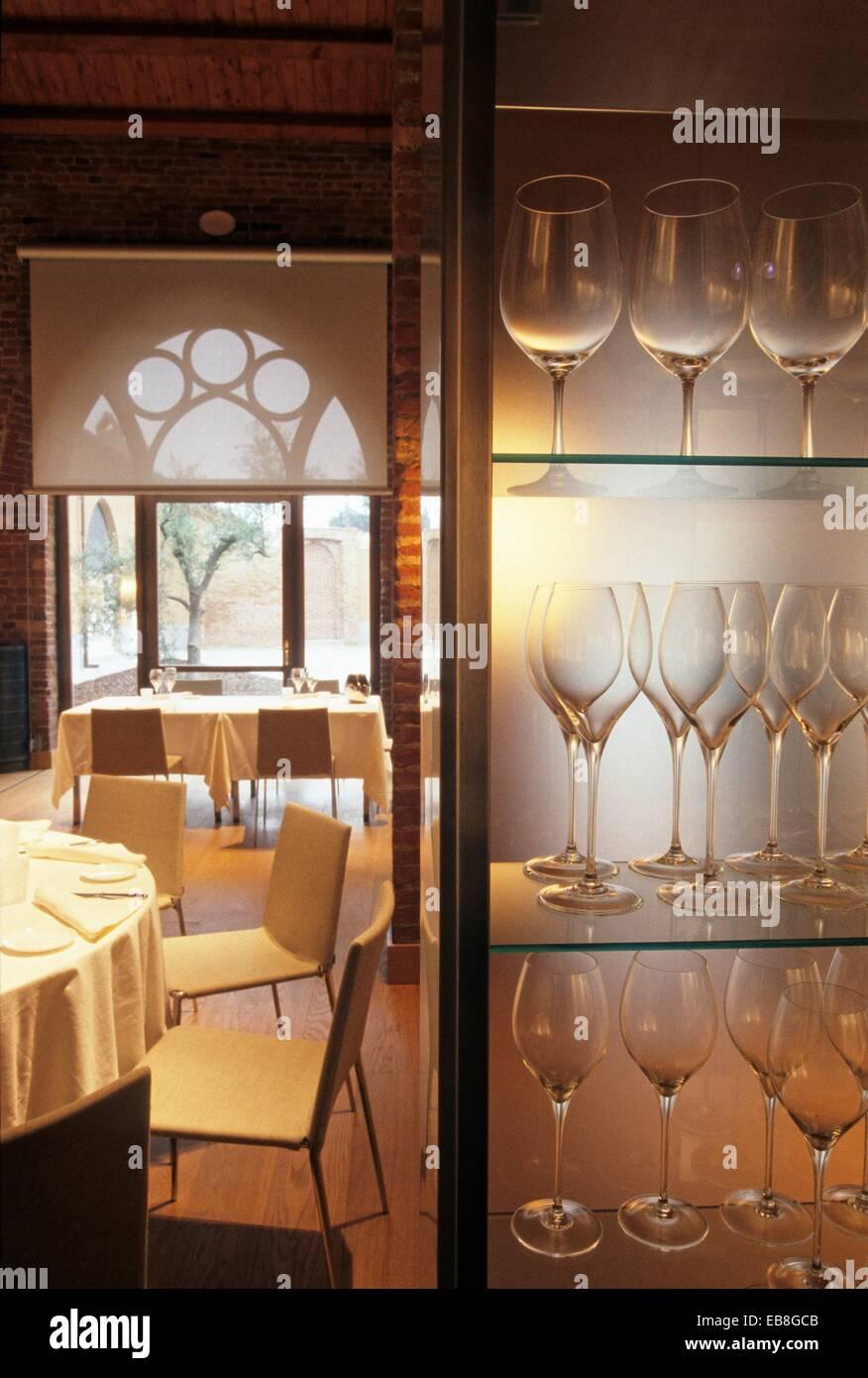 Studi Di Architettura Cuneo la sala da pranzo del ristorante premiato dalla guida