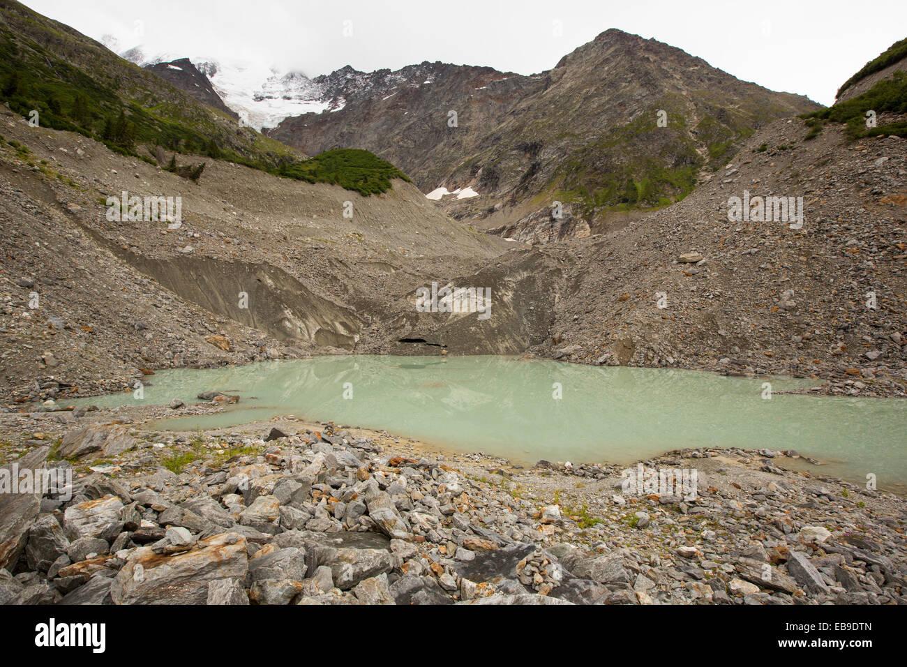 Un lago di acqua di disgelo al muso del rapidamente ritirandosi Bionnassay ghiacciaio proveniente dal Mont Blanc Immagini Stock