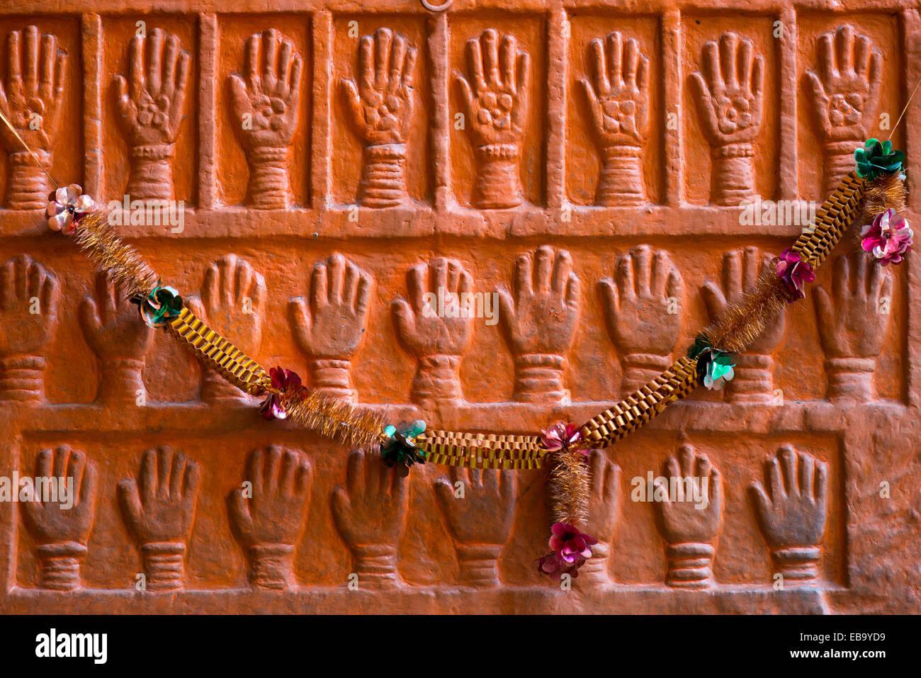 Sati pietre, palm stampe del royal vedove del Maharaja Man Singh che ha commesso auto-immolazione, Forte Mehrangarh, Immagini Stock