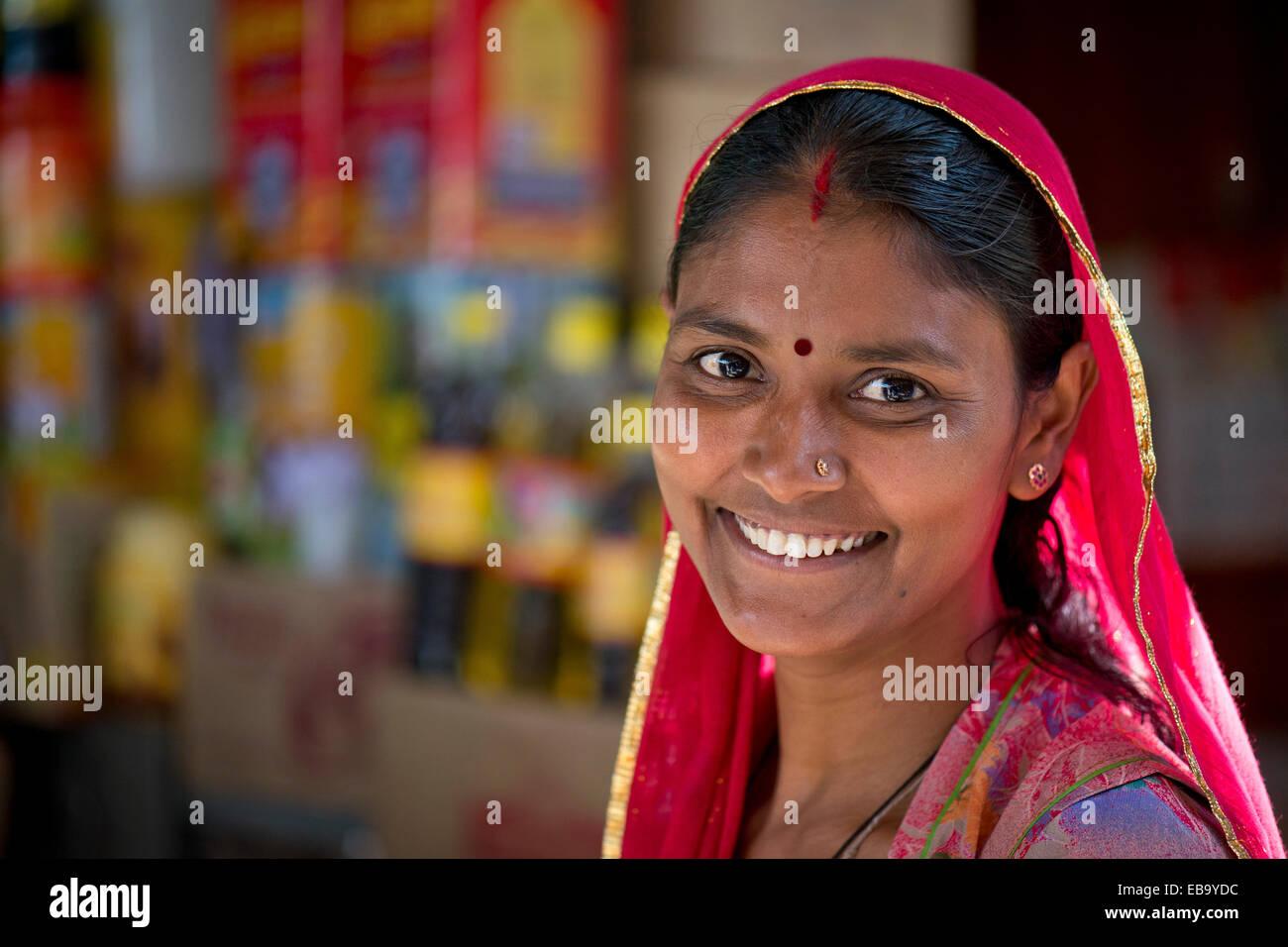 Sorridente donna Indiana che indossa una sciarpa dupatta con un bindi, ritratto, Jodhpur, Rajasthan, India Immagini Stock