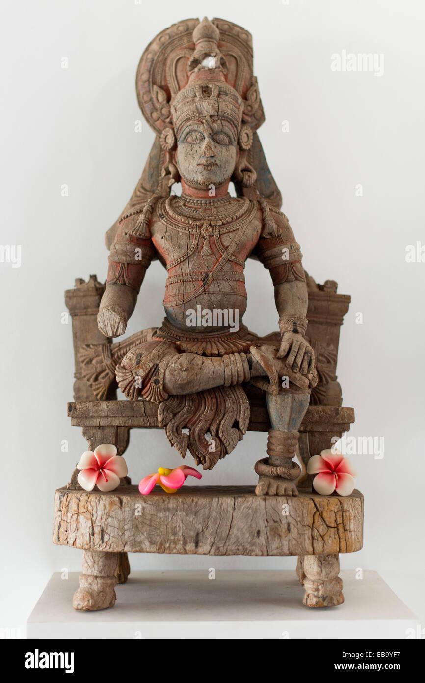 Vecchia scultura in legno raffigurante una divinità Indù, Kochi, Kerala, India Immagini Stock
